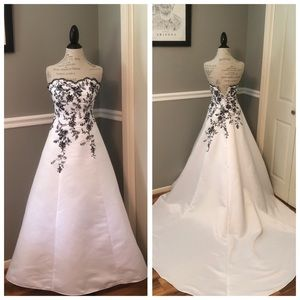 WHITE BLACK STRAPLESS WITH TRAIN BRIDAL GOWN